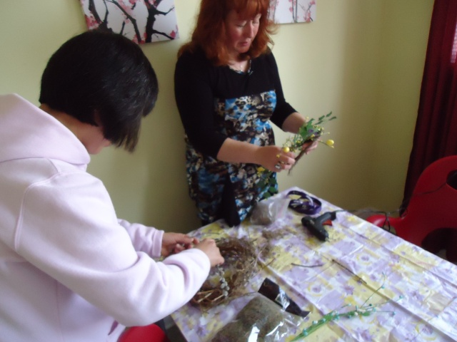 deb helps li make a birds nest with vines