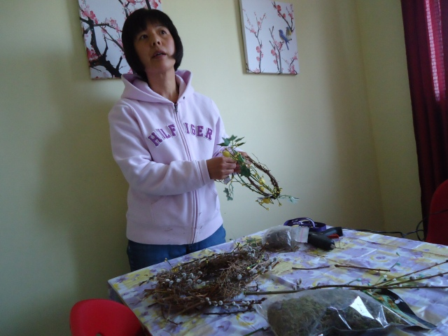 li makes a pretty floral wreath out of pussy willow vines
